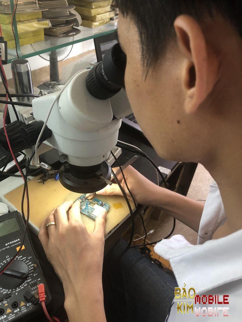 Kỹ thuật đang Sửa điện thoại
