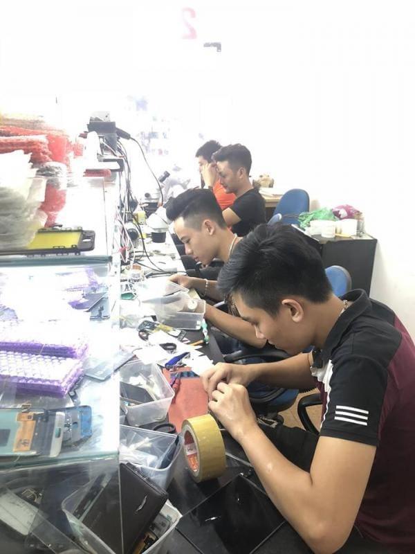 Kỹ thuật viên tại Bảo Kim chuyên thay ép kính iPhone nhanh chóng