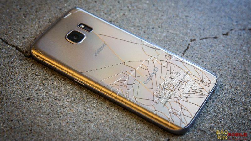 Samsung S7 vỡ nắp lưng cần thay thế nhanh chóng.
