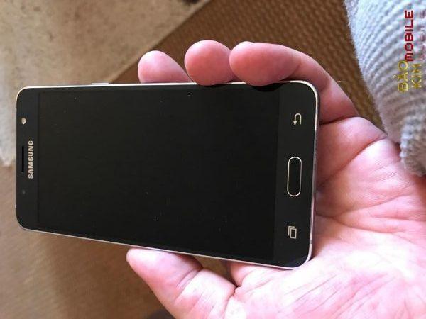 Samsung J5 2016 bị rơi vỡ chết đen màn hình