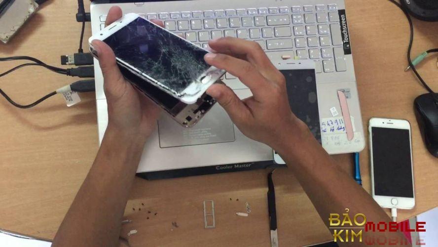 Oppo F1S rơi vỡ kính và phải thay mặt kính Oppo mới.