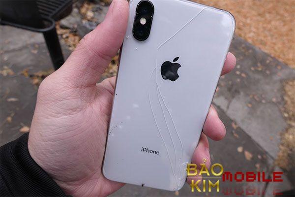 Thay nắp lưng iPhone X ngay khi vỡ để bảo vệ máy.