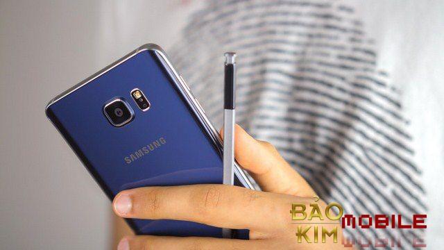 Thay nắp lưng Samsung Note 5 bằng chất liệu kính bóng bẩy.