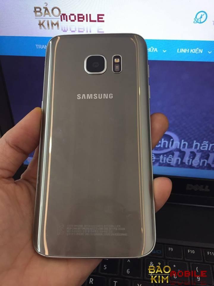 Thay nắp lưng Samsung S7 chính hãng 100%.