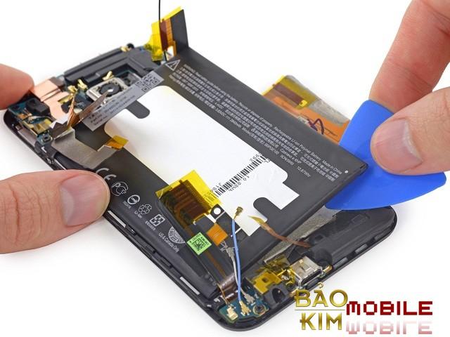 Sẽ rất khó thay pin HTC 10 nếu như không quen tay