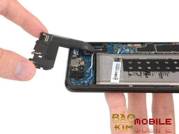 Kỹ thuật viên đang thay chân sạc Samsung S8, S8 Plus