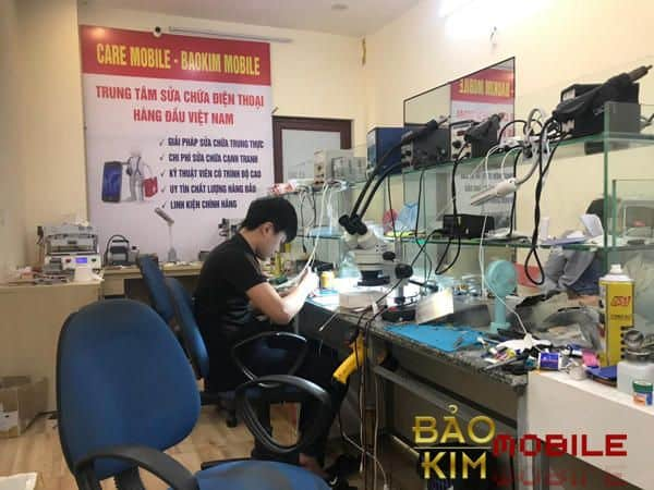 Kỹ thuật viên thay ép kính tại Bảo Kim Mobile
